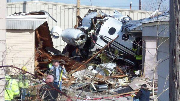 Фрагменты самолета Beechcraft Premiere 1, упавшего на жилые дома в штате Индиана, США
