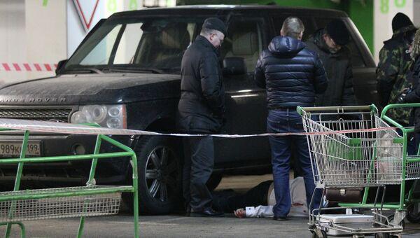 Сотрудники следственных органов работают на месте убийства адвоката Сергея Кузнецова