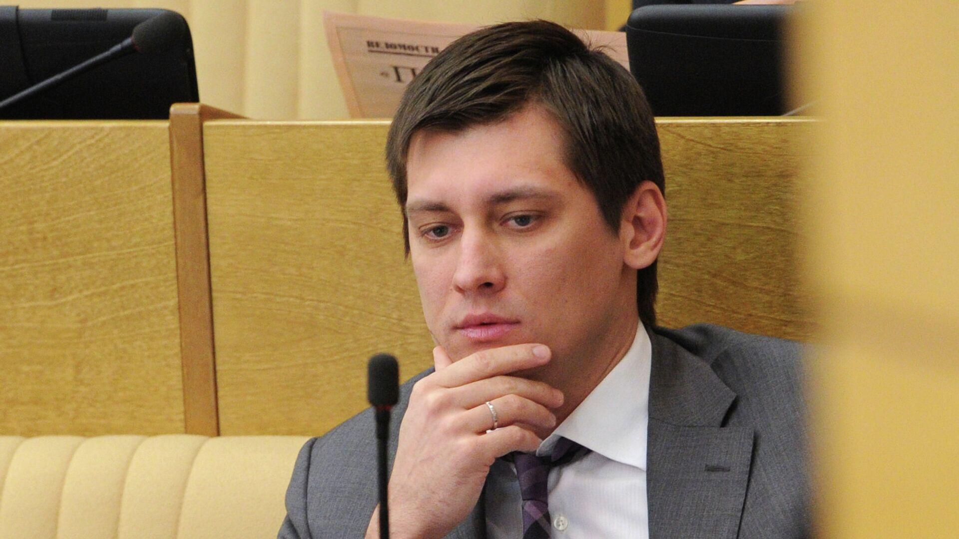 Адвокат Дмитрия Гудкова заявил, что политика могут объявить в розыск после обвинения