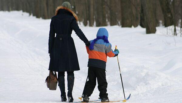 Ребенок с мамой гуляют в лесу