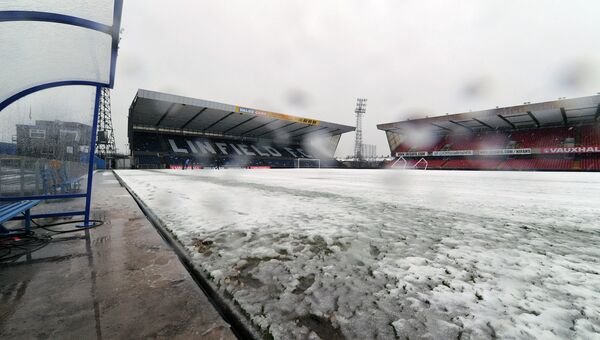 Снег на поле стадиона Виндзор Парк в Белфасте