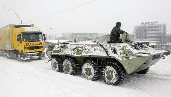 Военные расчищают Киев от снега