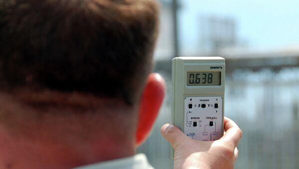 Мужчина замеряет уровень радиации. Архивное фото
