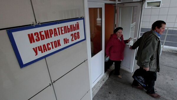 Жители Владивостока на избирательном участке