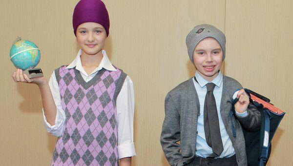 Юные модели представляют школьную форму из коллекции Вячеслава Зайцева
