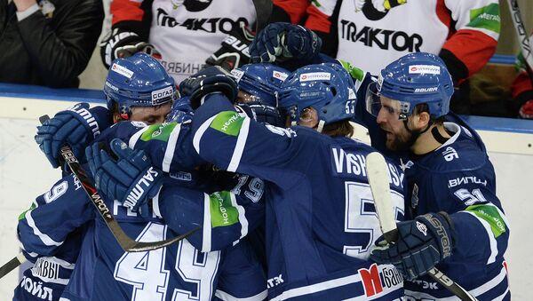 Хоккеисты ХК Динамо радуются заброшенной шайбе в матче Динамо (Москва) - Трактор