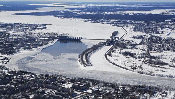 Плотина и шлюзы на реке Волга у города Углич. Архив