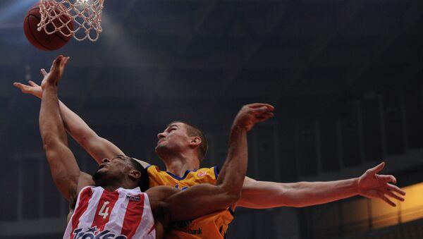 Игрок ''Олимпиакоса'' Кайл Хайнес (слева) и игрок ''Химок'' Пол Дэвис. Архивное фото