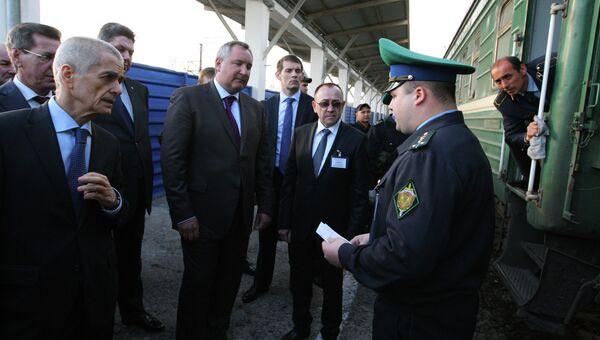 Г.Онищенко и Д.Рогозин проинспектировали поезд Душанбе-Москва