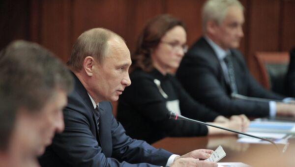 Владимир Путин ( в центре) проводит совещание по вопросам переселения граждан из аварийного жилищного фонда