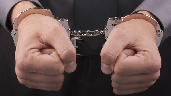 Мужчина в наручниках, архивное фото