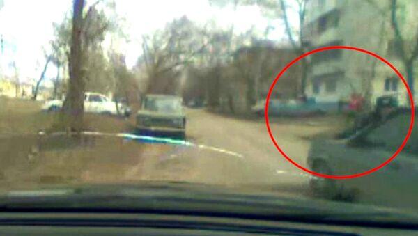 Лихач прокатил полицейского на капоте два километра во время погони