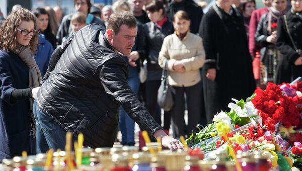 Жители приносят цветы к месту стрельбы на Народном бульваре в Белгороде, в результате которой погибли шесть человек