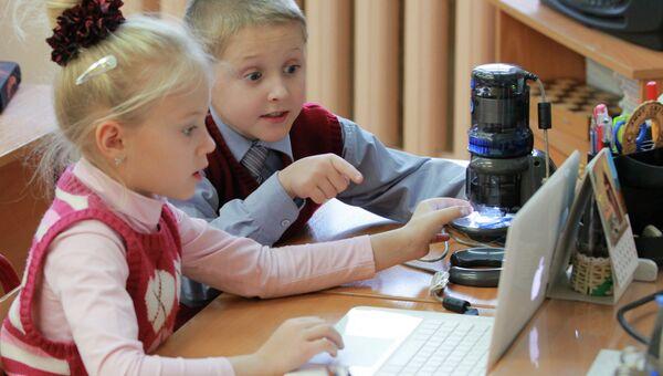 Дети и компьютер. Архивное фото