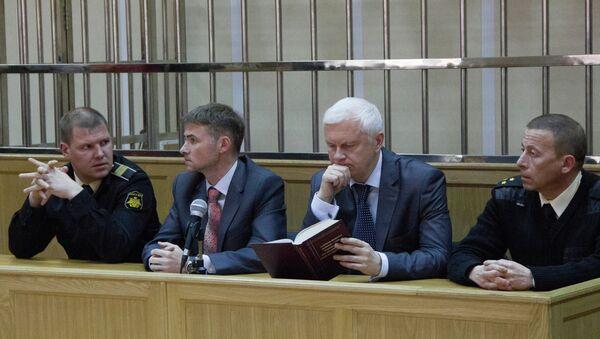Старшина Дмитрий Гробов и капитан Дмитрий Лаврентьев со своими адвокатами