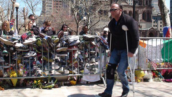 На бостонской Копли-сквер у мемориала в память о трагически погибших марафонцах