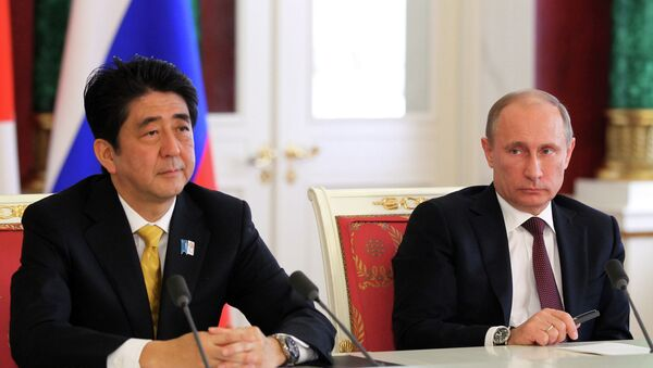 Владимир Путин (справа) и премьер-министр Японии Синдзо Абэ
