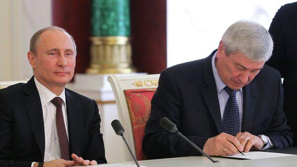 Президент РФ Владимир Путин (слева) и руководитель Федеральной службы по финансовому мониторингу Юрий Чиханчин