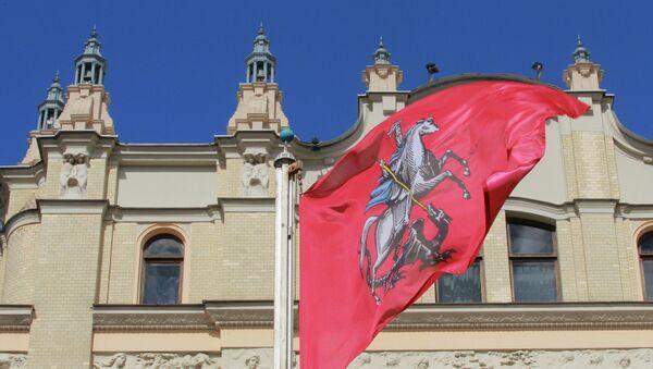 Флаг города Москвы перед зданием отеля Метрополь