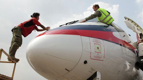 Подготовка к вылету самолета SSJ-100. Архивное фото