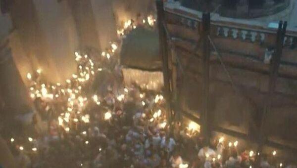Тысячи православных зажгли свечи от Благодатного огня в Иерусалиме