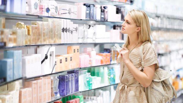 Покупатель в парфюмерном магазине