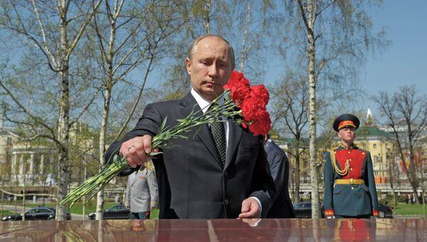 Возложение венка и цветов к Могиле Неизвестного солдата. Архивное фото