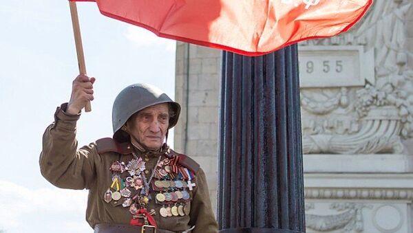 Ветеран войны у Парка Горького в Москве