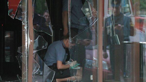 Сотрудники полиции работают на месте инцидента в спорт-баре на Щербаковской улице в Москве
