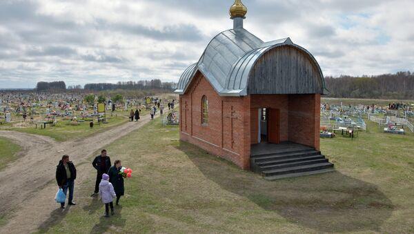 Посещение кладбищ в день Радоницы. Архив