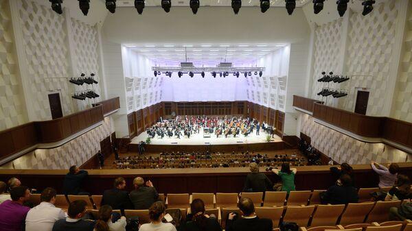 Зрители в зале Государственного концертного зала имени А.М. Каца Новосибирской филармонии
