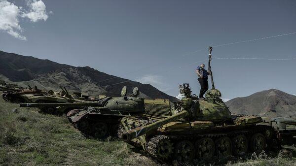Ветеран афганской войны, командир батальона Валерий Вощевоз на кладбище советских танков