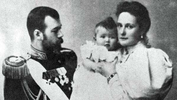 Император Николай II с женой Александрой Федоровной и дочерью Ольгой. Архивное фото