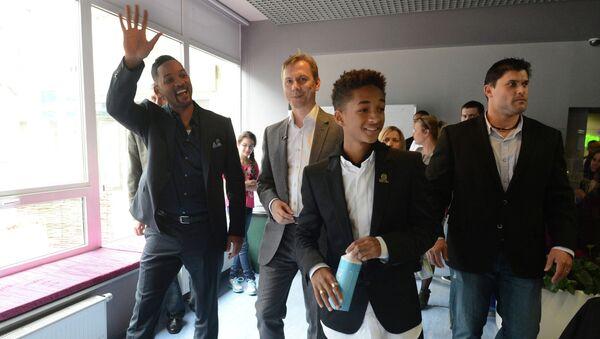 Американский актер Уилл Смит, его сын Джейден и первый заместитель главного редактора РИА Новости Максим Филимонов