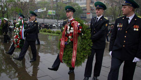 Возложение цветов к мемориалу пограничникам во Владивостоке