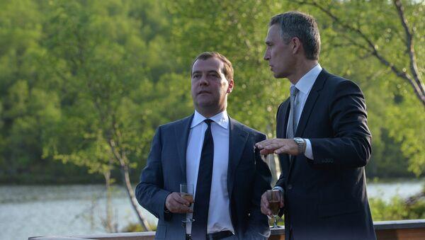 Председатель правительства РФ Дмитрий Медведев (слева) и премьер-министр Норвегии Йенс Столтенберг в Киркенесе