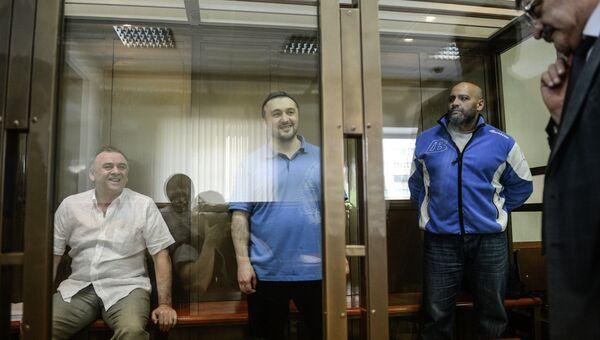 Обвиняемые в убийстве обозревателя Новой газеты Анны Политковской Лом-Али Гайтукаев, Рустам Махмудов и Сергей Хаджикурбанов (слева направо). Архивное фото