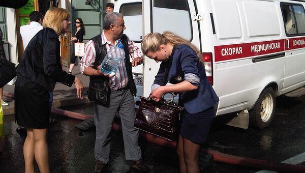 Люди у станции метро в центре Москвы. Станцию Охотный ряд закрыли из-за пожара.
