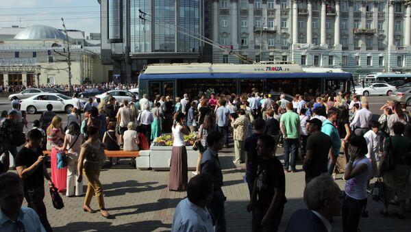 Жители города на автобусной остановке у станции метро Парк культуры