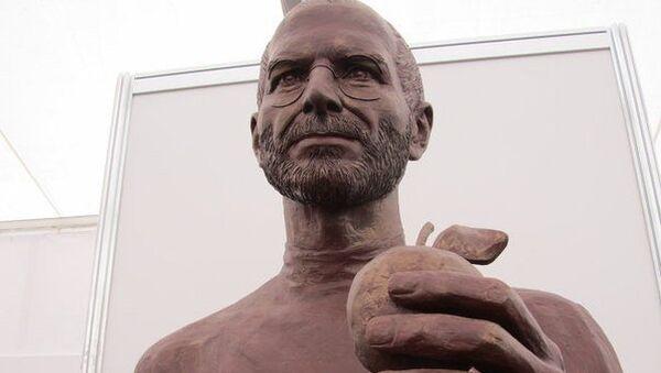 Скульптура Стива Джобса появилась в думе Томска