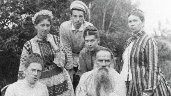 Л.Н.Толстой в кругу семьи и гостей