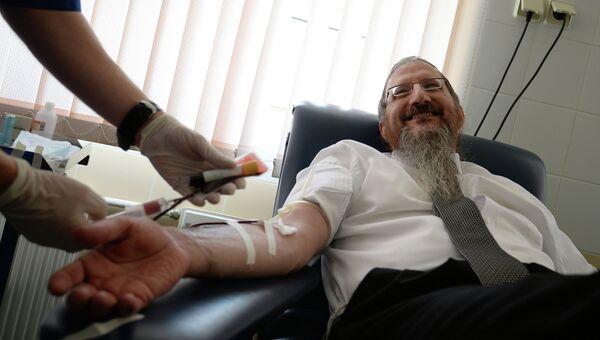 Главный раввин России Берл Лазар сдал кровь в День донора