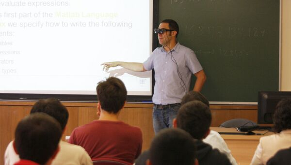 Преподаватель читает лекцию в очках дополненной реальности