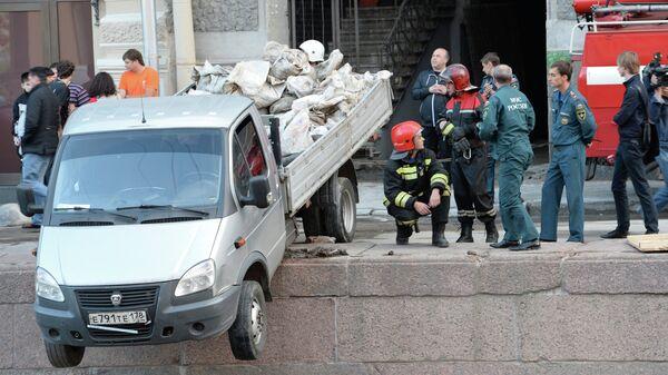 Грузовик пробил ограждение набережной Мойки в Санкт-Петербурге
