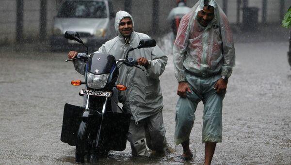 Мужчины под дождем, Индия. Архивное фото
