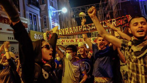 Протестующие на улице Истикляль возле площади Таксим