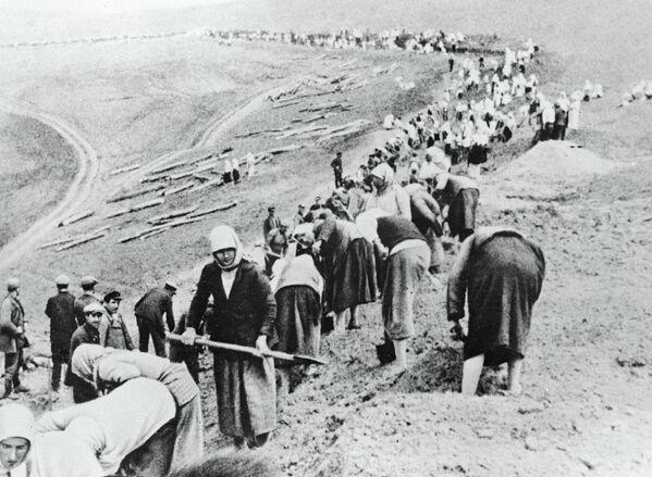 Колхозники строят оборонительные рубежи в прифронтовой полосе