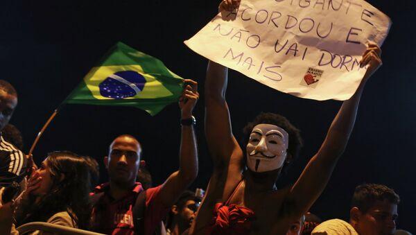 Группа протестующих перед домом губернатора штата Рио-де-Жанейро Сержио Кабрала