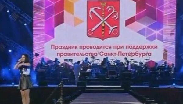 Скриншот телефира Пятого канала во время выступления Ольги Кляйн на Алых парусах