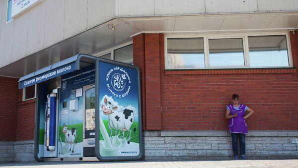 Молочный автомат у Путиловского рынка в Петербурге